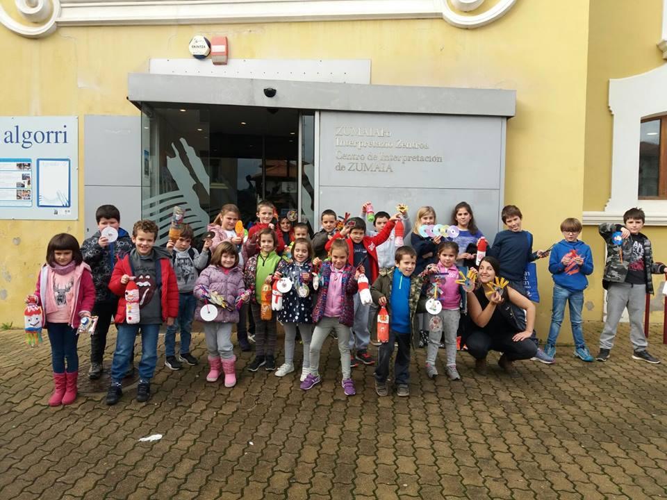 L@s niñ@s de Zumaia han realizado adornos navideños en Algorri