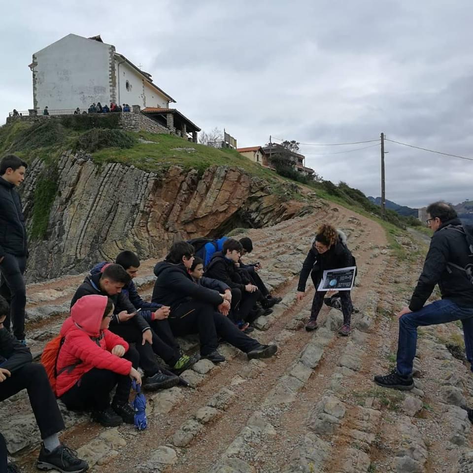 Leyendo el libro de rocas con estudiantes de Oñati