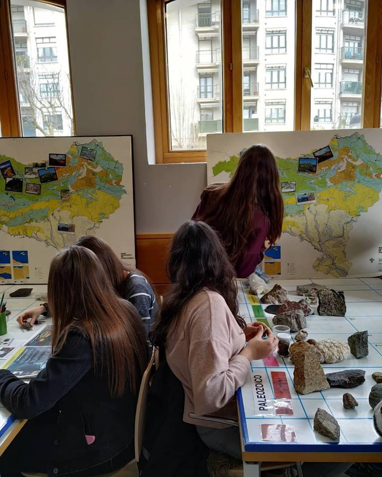 Con alumn@s de Oñati en el taller geológico